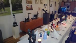 beelden en gedekte tafel